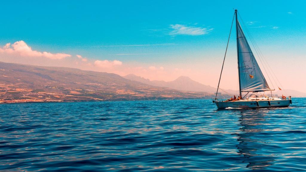 自然清新的海上帆船