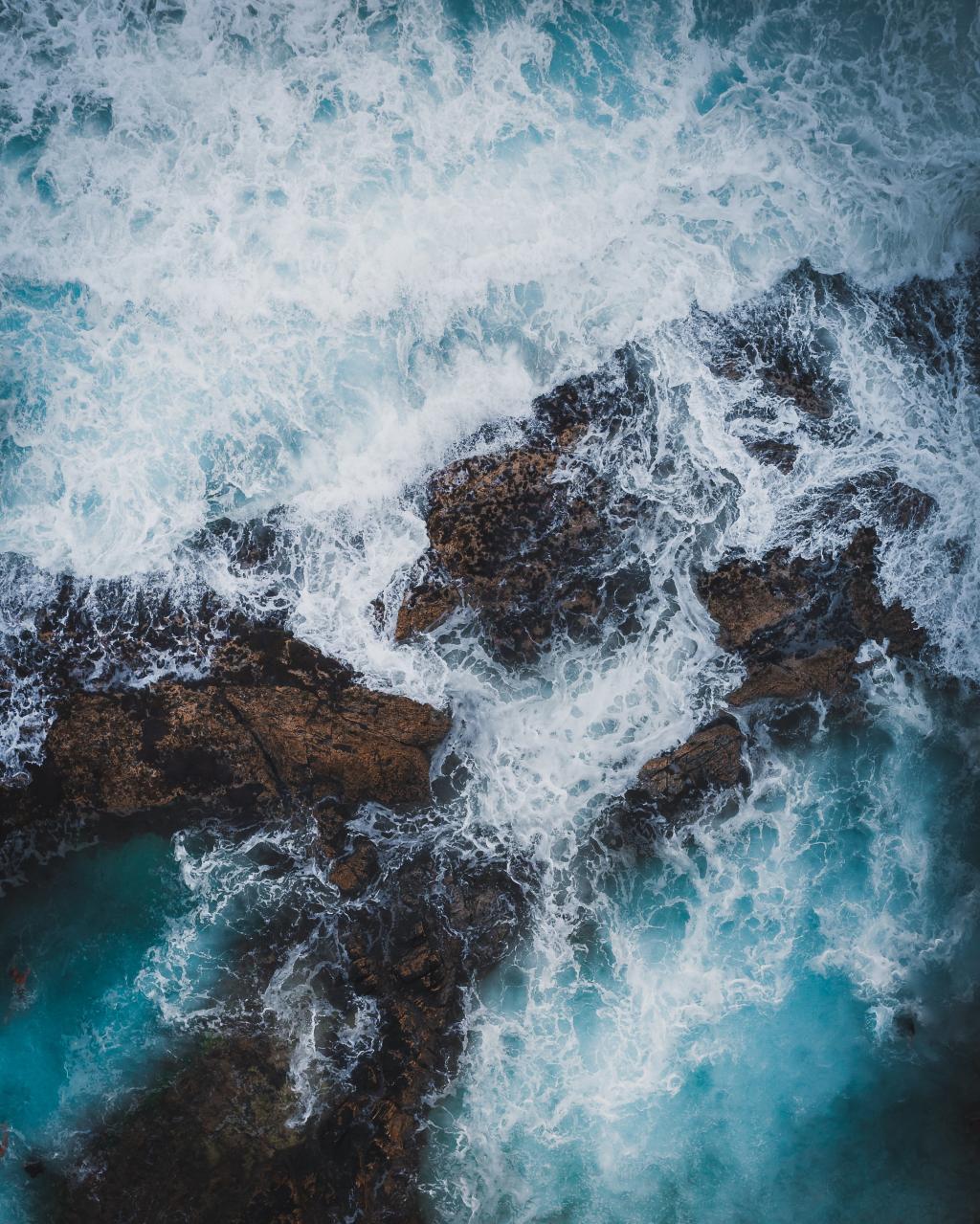海水拍打岸边的景色