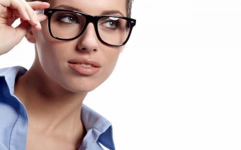 戴着眼镜在白色背景上的年轻女孩