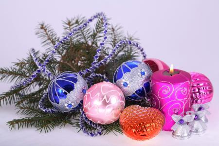 美丽的圣诞装饰品与绿色的云杉分支