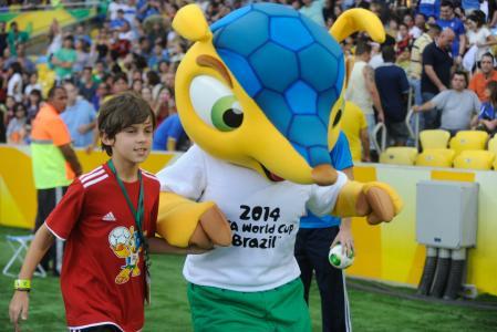 2014年巴西世界杯的吉祥物我欢迎年轻的足球运动员