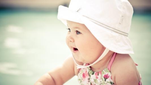 一顶帽子的可爱的婴儿