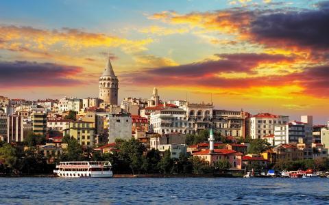 橙色的云在伊斯坦布尔