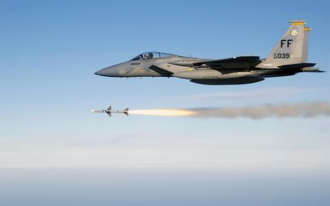 F-18大黄蜂战斗机发射了火箭