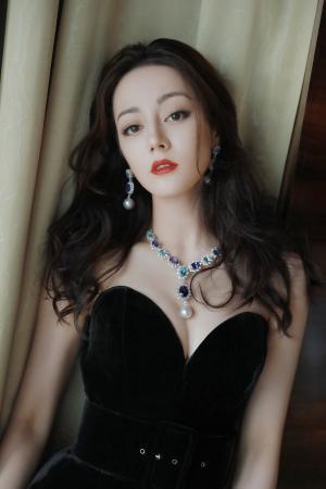 迪丽热巴黑色抹胸礼服性感写真