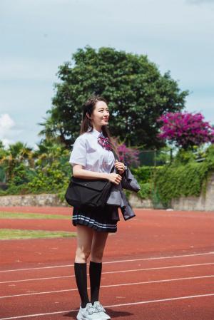 吉娜穿学生制服剧照