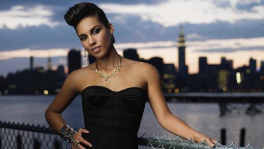 美国歌手Alisa Kiz在桥上