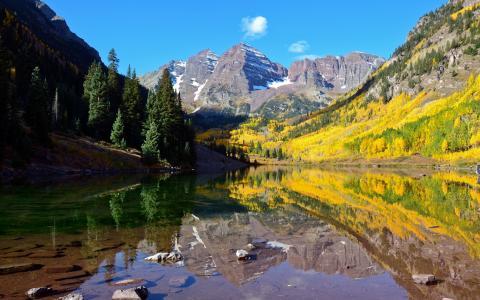黄绿色的秋天,在山中