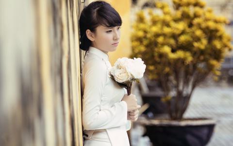 一束白玫瑰的女孩