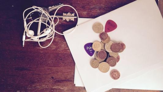 在一张纸上的硬币