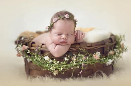 一个在篮子里睡觉的小婴儿
