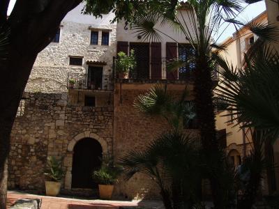 法国昂蒂布度假村的安静庭院