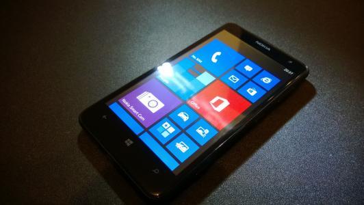 诺基亚Lumia 625在灰色的桌子上
