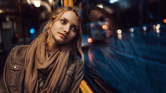 那女孩靠在傍晚巴士的窗前