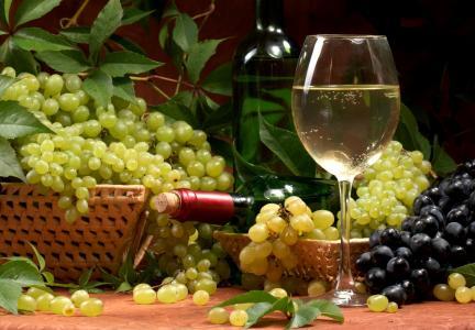 白葡萄酒和一串串葡萄