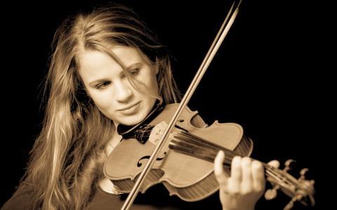 弹小提琴的女孩音乐家
