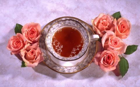 一杯美丽的红茶与粉红玫瑰的桌子上