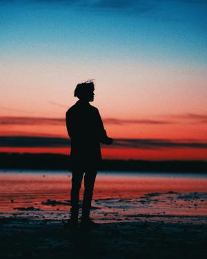 晚霞时分一个人的背影