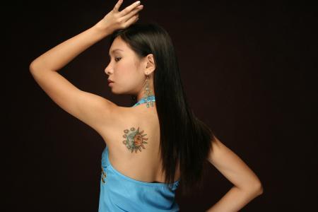 穿着蓝色衣服纹身的女人
