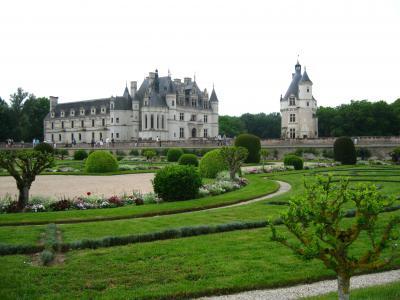 在城堡前的豪华公园在法国卢瓦尔河