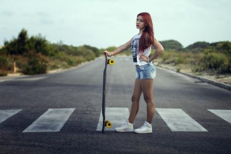 一个滑板的女孩站在过渡