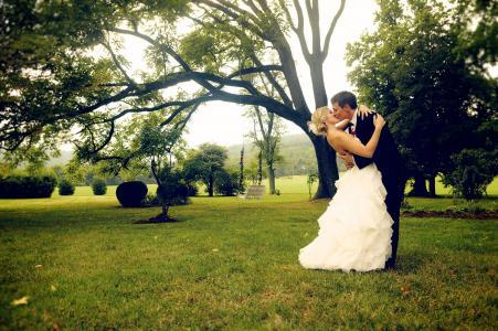 恋人在公园里的吻