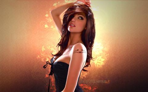 她肩上的纹身的漂亮女孩
