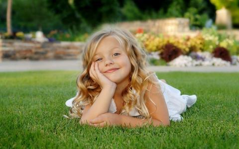 草坪上的小女孩