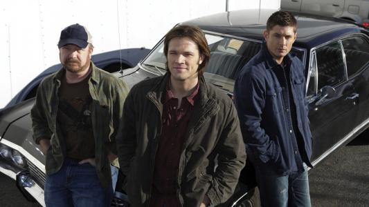 在系列超自然的车上的Winchesters