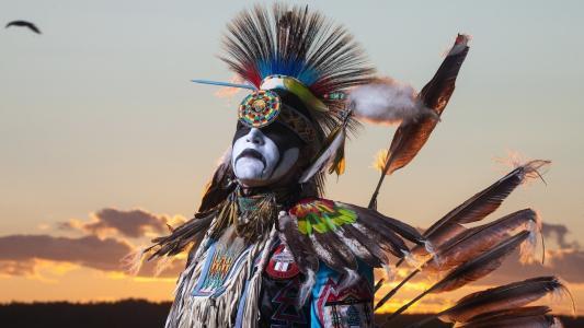 传统服装的美国原住民