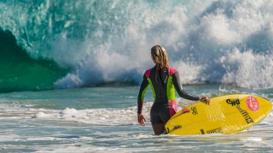 冲浪板站在水中的女孩