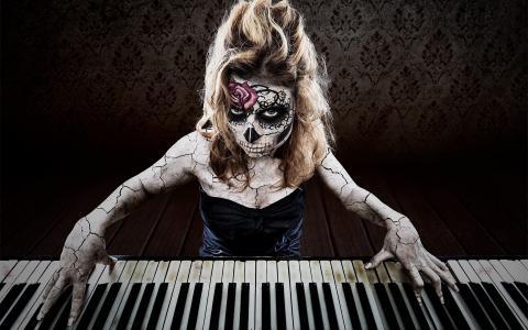 弹钢琴的纹身的女孩