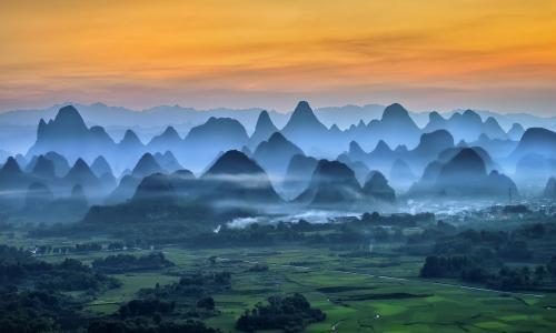 中国山间有雾的早晨
