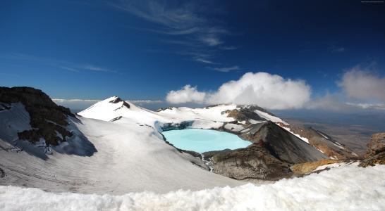 东格里罗火山的积雪的火山口在蓝天,新西兰下的
