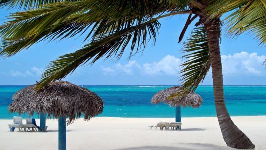 古巴Cayo Ensenacios度假村的沙滩遮阳伞