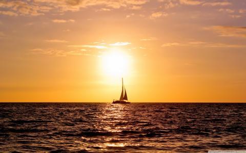 在日落时的帆船
