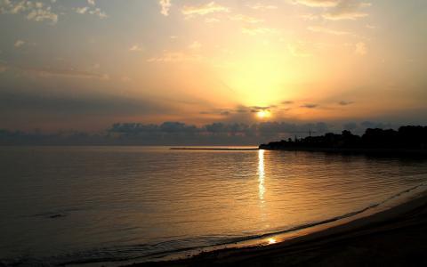 在平静的海面上的日落