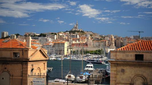 在一座小山的背景中,在法国马赛的港口