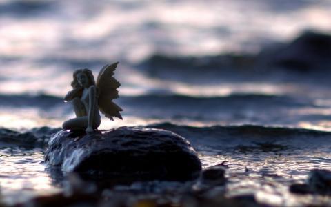 天使的雕像在石头上