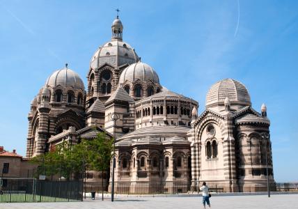 马赛大教堂在蓝天下,法国