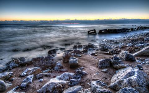在岸上的石头