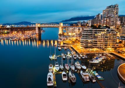 船在码头对加拿大温哥华的夜晚灯光