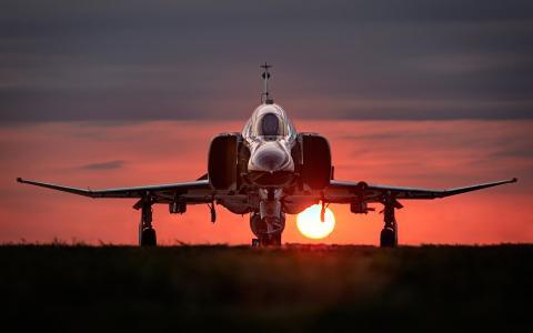 战斗机F-4幻影II站在日落背景