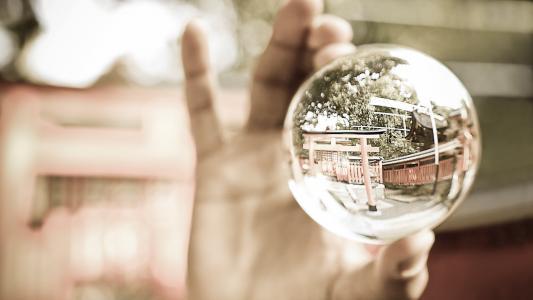 玻璃球在手中