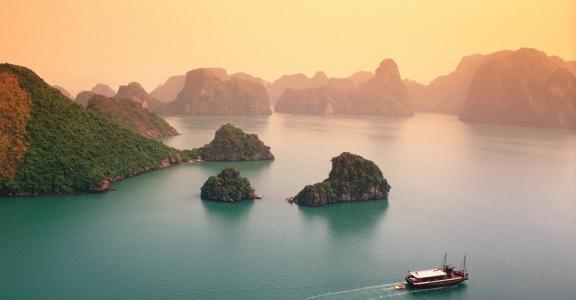 下龙湾,越南的森林覆盖的群岛