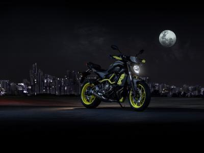 摩托车雅马哈MT-07在月光下
