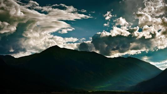 云层翻山越岭