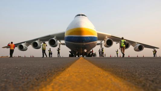 在起飞前检查AN-225 Mriya运输机
