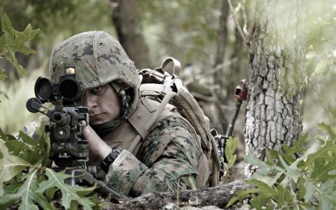士兵瞄准步枪