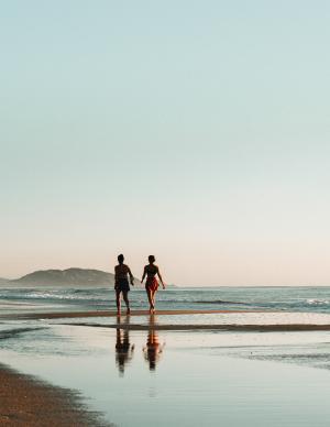 漫步海滩的图片